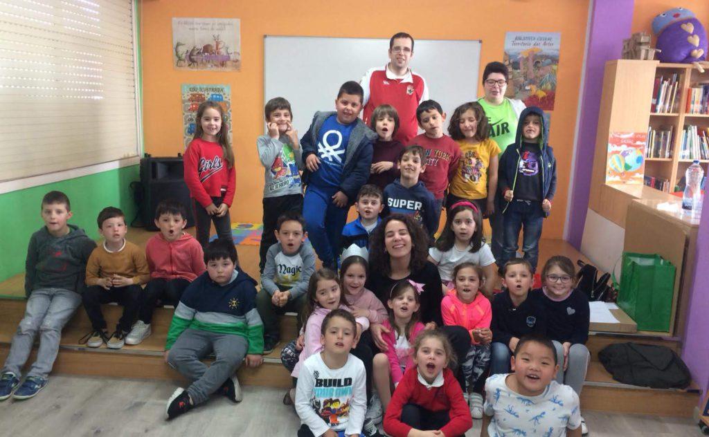 La Diverescola llena de juegos y cuentacuentos las aulas del CPI Xosé Pichel de Coristanco